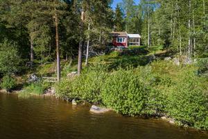 Foto: Therese Johansson/ Bostadsfotograferna. Sommarstugan i Vibäck ligger vid sjön Lönnen.