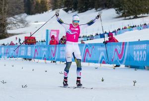 Edvin Anger sträcker armarna i luften efter sprintsegern i ungdoms-OS i Lausanne. Foto: Ben Queenborough, OIS/IOC/AFP