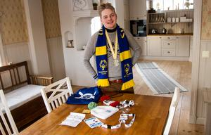 Hemma i köket på Gamla Kyrkogatan i Ljusdal igen, med medalj och minnessaker.