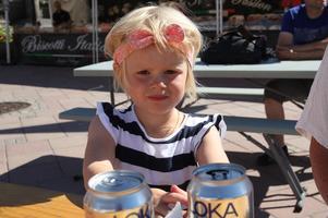 Gäster i alla åldrar. Alice, tre år är med sin mamma Anna på matmarknaden. De är från Sundsvall men har sommarställe i Härnösand.