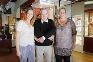 I trygga händer. Den tidigare smyckesbutikens ägare Christer Mårtensson lämnade över  till Sofia Ebers och Annika Törnberg i juni 2015. Foto: Anna Nilsson