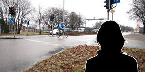 Det var vid den här korsningen där Södra Kungsgatan precis gått över i Södra Kungsvägen som olyckan inträffade. Pojken ska ha kommit från samma håll som cyklisten på bilden.