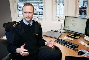 Mattias Skarp, lokalpolisområdeschef för Falun, berättar att en del organisatoriska förändringar kan ha påverkat statistiken men att upplevelsen ute bland poliserna i fält är att de gör färre alkoholkontroller. Foto: Peter Ohlsson