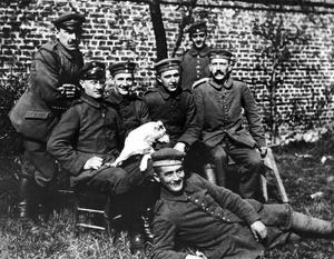 Den 25-årige Adolf Hitler (längst till höger) tillsammans med sina stridskamrater 1914. Foto: Okänd