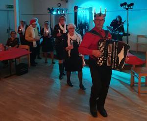 Kalle Johansson bar luciakrona och övriga i sånggruppen var tärnor.