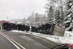 En lastbil välte på riksväg 50 strax utanför länsgränsen. Foto: Läsarbild