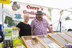 Louise Classon och Cerry Sandberg står på marknaden under alla tre dagar och säljer godis.