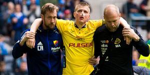 Joakim Nilsson fördes av planen med hjälp av en funktionär från vardera lag. Bild: Kenta Jönsson/Bildbyrån