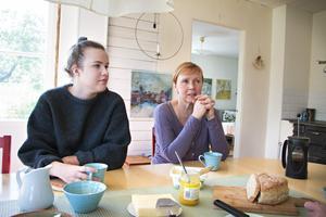 Dottern Maria, 21 år, är på besök hemma hos föräldrarna i Åmot. Hon tycker att föräldrarna gjorde helt rätt i att sälja huset.