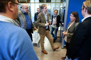 Ulf Berg (M) och Henrik von Sydow (M) på besök hos företaget Tractive i Borlänge. Moderaterna samlar in synpunkter om förslaget att införa nystartszoner.