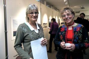 Sigrid Persson och Barbro Rudman från Edsbyn är entusiastiska över Ellis-utställningen i Edsbyns museum, där den visas till mitten av mars. Den väcker habegär, konstaterar Barbro.