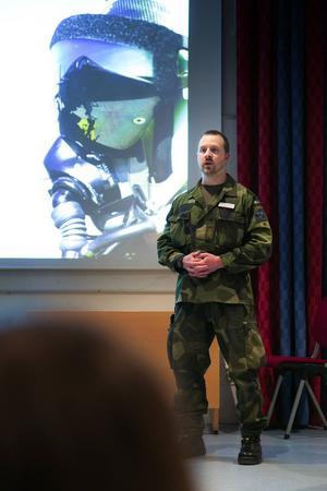 Thomas Stenberg var en av tre från försvaret som informerade och visade bilder för de intresserade.