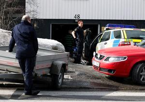 Tillslaget mot hembrännaren 5 april. Tre dagar senare misstänks två personer ha plundrat huset. En av dem är misstänkt i både dopnings- och smuggelhärvan.