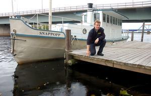 Johan Szymanski vid kanten på bryggan där han hoppade ner i vattnet för att rädda kvinnan.