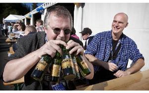 Öl är gott fastslog Tomas Åhlström och tog för sig rejält vilket roade Tommy Lindberg. Foto: Peter Ohlsson