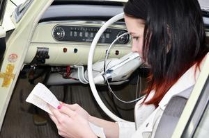 Elina Foander har koll på både mil och antal liter bensin. Allt noteras ordentligt i loggboken.