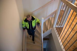 Bostad som sticker ut. Denna har egen ingång i markplan och en svängd trapp som leder upp till husets övervåning där  lägenheten, bortsett från hallen, ligger.