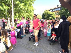 Barnfestivalen blev imponerande stor, trots att det bara 20 minuter tidigare hade varit relativt få som hade kommit.