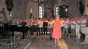 Björn- ooch Benny-kören med dirigenten Katarina Rudérus. Foto: Max Möllerfält