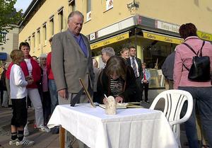 Statsminister Olof Palme gratulerar en nyvald SSU-ordförande.