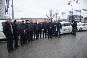 Närmare ett tjugotal taxichaufförer hade samlats för att protestera.