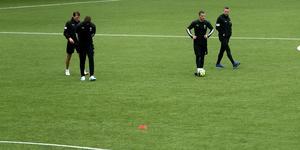 Martin Broberg, Carlos Strandberg och Filip Rogic stannade kvar i slutet av ÖSK:s fredagsträning och pratade om detaljer i det offensiva spelet.