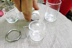 Ringen av stål med kedja och pärla är ett centralt inslag i dryckesceremonin.
