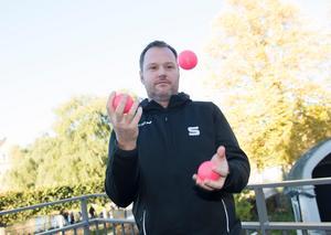 Tre bollar i luften – lika många som man måste vinna i en semifinalserie för att gå till SM-finalen. Hammarby har 2–1 inför fredagens möte på Zinken. FOTO: TT