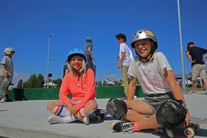 Felicia Jakobsson och Hedda Hjertberg hade båda åkt långt för tävlingen. De har åkt skateboard sedan de var små.