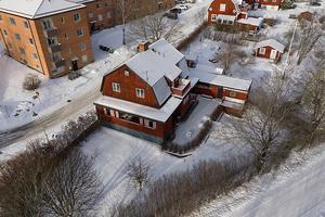 Detta faluröda hus bjuder på utrymme för både boende och uthyrning vilket ger möjlighet till billiga driftkostnader. Foto: Therese Zetterström
