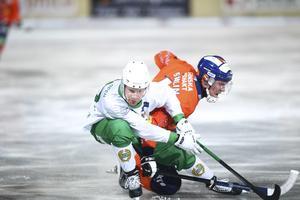 Kalle Mårtensson i duell med Bollnäsmittfältaren Daniel Berlin under kvartsfinalserien. Bollnäs slog ut Hammarby med 3–1 i matcher.