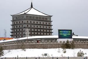 Skylten vid Dragon Gate har fått stark kritik från både privatpersoner och Trafikverket.