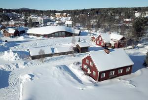 Huset ligger på kulturmark intill hembygdsgården, bygdegården och  kyrkan.