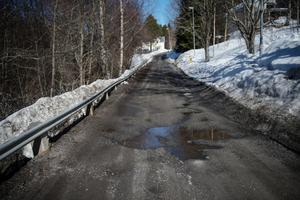 Insändarskribenten är missnöjd över att det satsas för lite på vägarna.