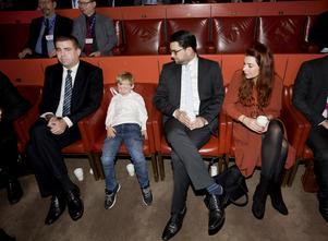 Fredag morgon och partiledaren Jimmie Åkesson, med sonen Nils och sambon Louise Erixon, som är kommunalråd i Sölvesborg, har tagit plats längst fram i Hjalmar Bergman-teaterns salong.
