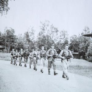 Sista etappen på en tvådagars marsch från Gamla berget i Falun till gruvan. Utrustningen vägde drygt tio kilo per person och resten åkte på traktor och släpvagn. Bilden är tagen år 1957. Foto: Leif Forslund