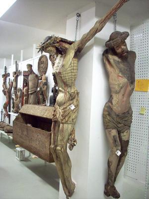I Historiska museets förvaringsutrymmen hänger flera andra plågade Jesusbilder. Foto: Maria Landin