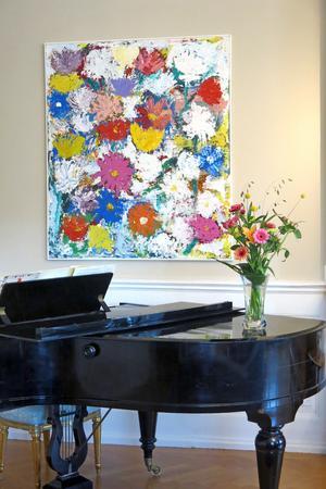 Gunnar Greibers färgrika målningar smälter förvånansvärt väl in i slottsmiljön.