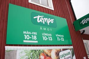 På Tempo-butiken i Åmot handlar de allra flesta med kort i dag. Det finns dock några som fortfarande föredrar kontanter, menar Helene Westin och Ulla-Maija Andersson som arbetar i butiken.