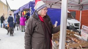 Chatarina Malm Andersson köper en rökt regnbåge. – Den här ska vi äta med potatis och sås sen.