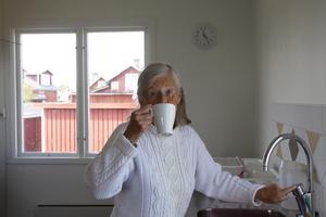 Dagarna börjar klockan halv 5 med att fylla termosarna med nybryggt kaffe åt gästerna och vattna blommorna. Sedan städar hon bastun, toaletterna och utkiken innan hon tar en kopp kaffe med sin systern.