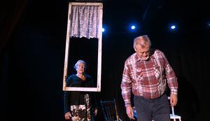 Gunilla Andersson och Pär Eriksson är båda förbryllade över den polske profeten.