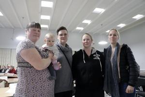 Ulrika Skager med Miranda på armen, Emma Skoglund, Anna Ljudén och Maria Karlsson är roliga för att pedagogisk omsorg läggs. Den står med på listan över besparingar som ska utredas nästa år. Och någon information har de inte fått.