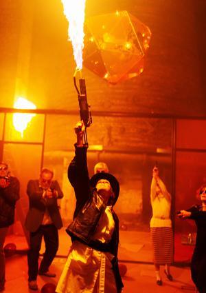 Eldshow värmer upp i den ruggiga hyttan i Axmar bruk. Bild: Märta Thisner