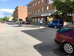 Bilisterna ett minne blott på Eriksgatan – eller? Företag kring Garvarns Torg uppger att buskörning på Eriksgatan trots förbud är ett stort problem. Även parkerade bilar ska ha blockerat varutransport till näringsidkare.