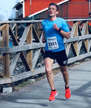 I Varvetmilen på Väster i Örebro för två veckor sedan sänkte Jonas Nilsson sitt personliga rekord på tio kilometer från 34.29 till 32.18. Något som förstås bådar gott inför söndagens maratonlopp i Rotterdam. Foto: Carin Calleberg