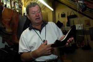 Klack. Sture Sjöberg med en av de skor som hans mor, Anna-Greta - fick av fadern Gustafs Sjöberg.