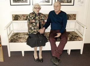 Första soffan. Kökssoffan är en av de tidiga möblerna som tillverkades på Klaessons möbelfabrik. Eva Klaesson Lindeblad, tidigare chef för Klaessons väveri, och Rolf Jansson, som sammanställt                                                           utställningen, sitter och pratar.