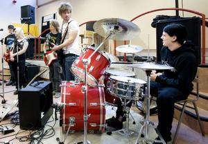 TURNÉ. I går förberedde sig eleverna på estetprogrammets musikinriktning för den turné som de ska ut på för att locka elever att välja just det programmet på Hammargymnasiet. Turnén firar i år tioårsjubileum.