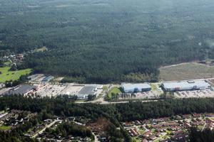 Det nya bostadsområdet ska byggas i skogen bortanför Hemlingby köpcentrum. Till vänster i bild syns Hemlingsby friluftsområde.